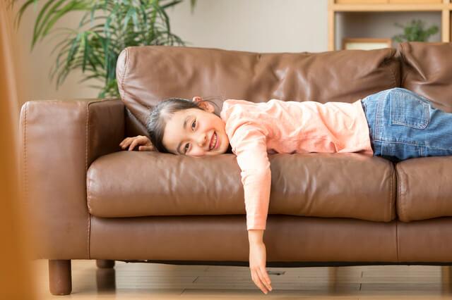 ソファで横になる子ども,食事マナー,