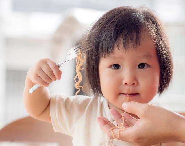 パスタを食べる子ども,食事マナー,