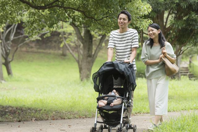 公園を散歩する親子,ベビーカー,