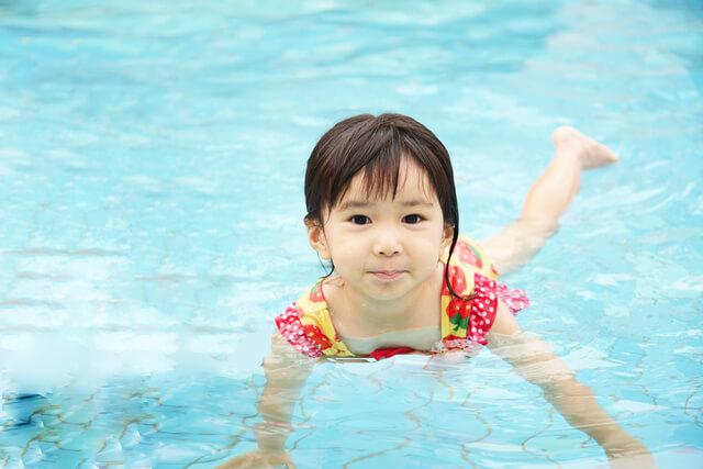 プールに入って遊ぶ女の子,温水プール,埼玉,