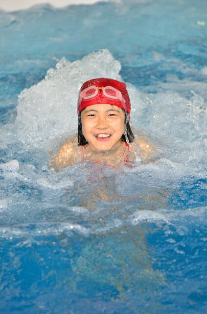水泳キャップをかぶり泳ぐ女の子,温水プール,埼玉,