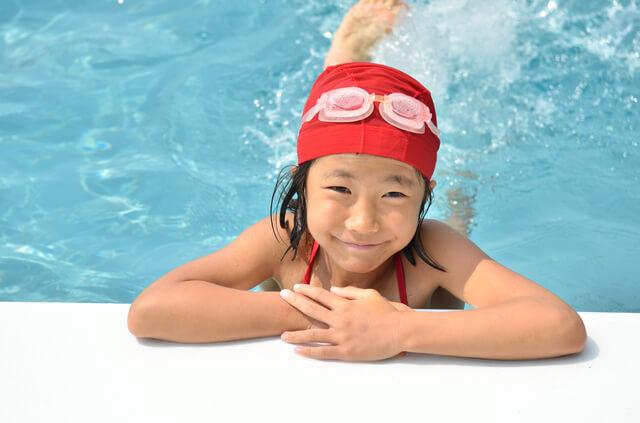 水泳キャップと水中メガネを付けた女児,温水プール,埼玉,