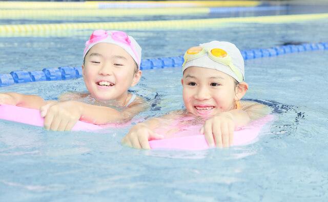ビート版を使って泳ぐ女児ふたり,愛知県,赤ちゃん,プール
