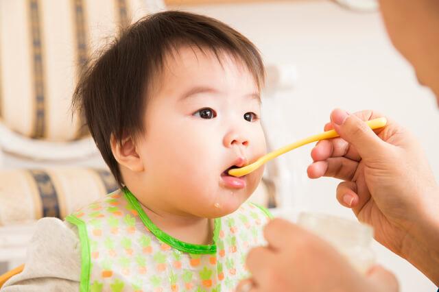 離乳食を食べる赤ちゃん,離乳食,