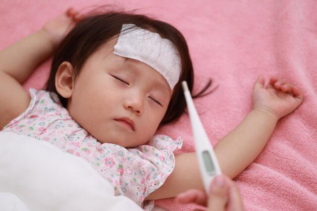 発熱中の眠っている赤ちゃん,子ども,インフルエンザ,