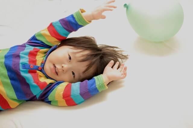 風船を触ろうとする幼児,幼児,室内遊び,