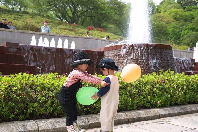 風船を持つ子ども達,幼児,室内遊び,