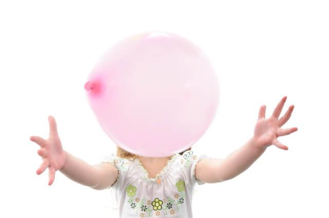 風船で遊ぶ女の子,幼児,室内遊び,