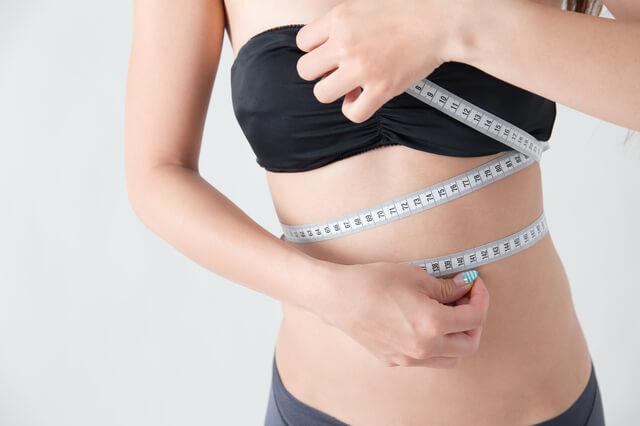 サイズをはかる女性,妊娠,胸,