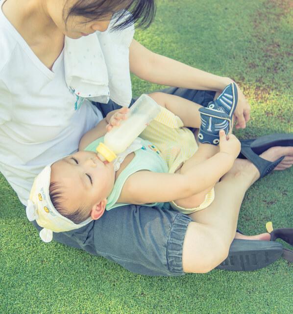 外でミルクを飲む赤ちゃん,哺乳瓶洗剤,