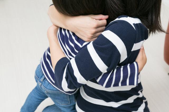 子どもを抱きしめる,子育て,イライラ,