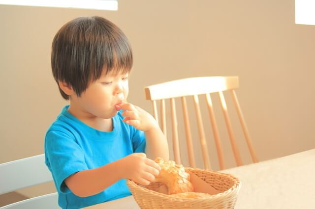 食事をする子ども,子育て,イライラ,