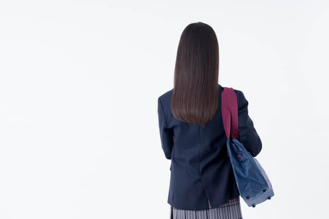 中学生の後ろ姿,子育て,イライラ,