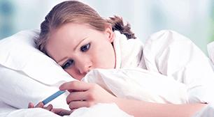 ベッドに横たわる女性,無排卵月経,特徴,