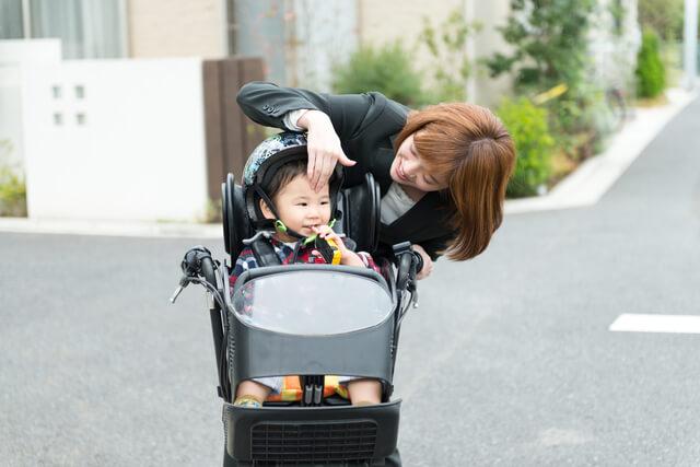 自転車に乗るヘルメットをかぶった幼児,子ども,ヘルメット,