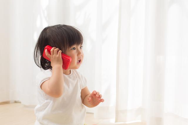 電話のおもちゃを使う子ども,おもちゃ,スマホ,