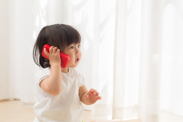 電話のおもちゃで遊ぶ子ども,おもちゃ,スマホ,