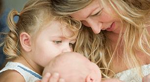 赤ちゃんを見る母子,産後,悪露,