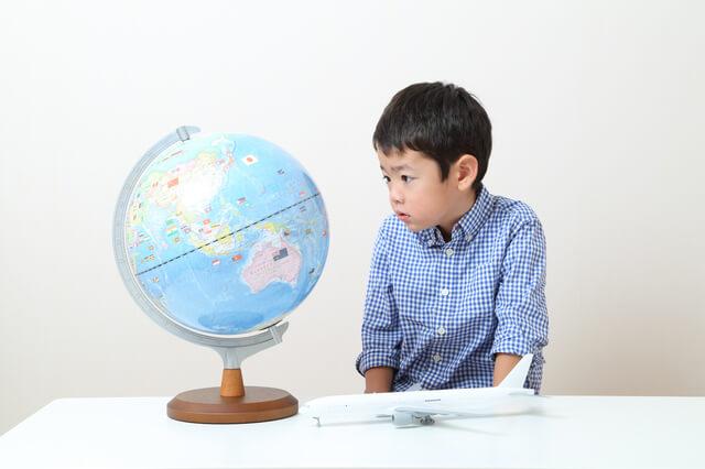 旅行先を考える男の子,子連れ,海外旅行,