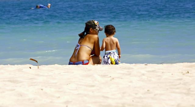 ビーチリゾートを楽しむ親子,子連れ,海外旅行,