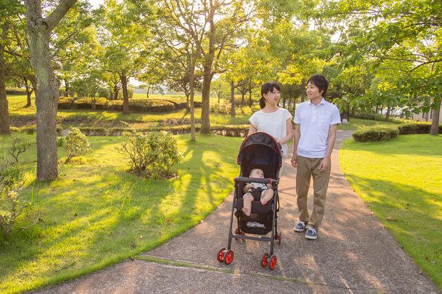 ベビーカーで散歩する家族,子連れ,海外旅行,