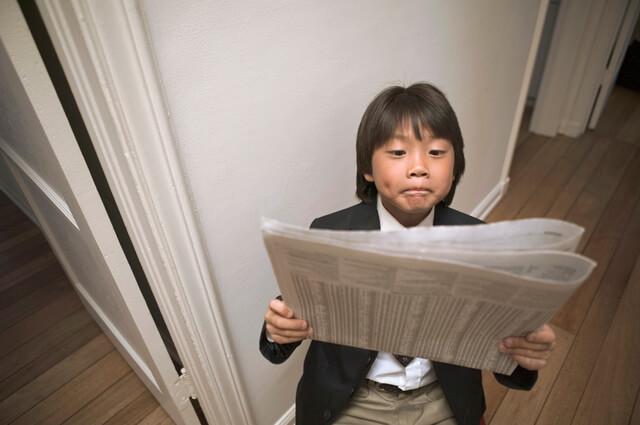 新聞 子ども,子ども,室内遊び,新聞紙遊び