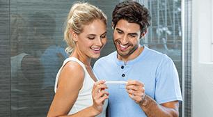 嬉しそうな男女,妊娠検査薬,陽性,受診