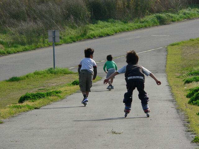 ローラースケートで遊ぶ子どもたち,子供,ローラースケート,