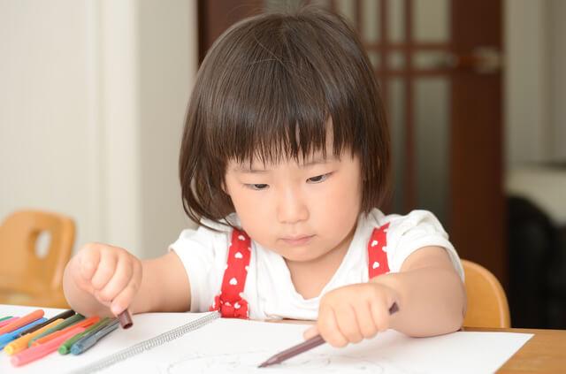 お絵かきする女の子,赤ちゃん,子ども,お絵かき
