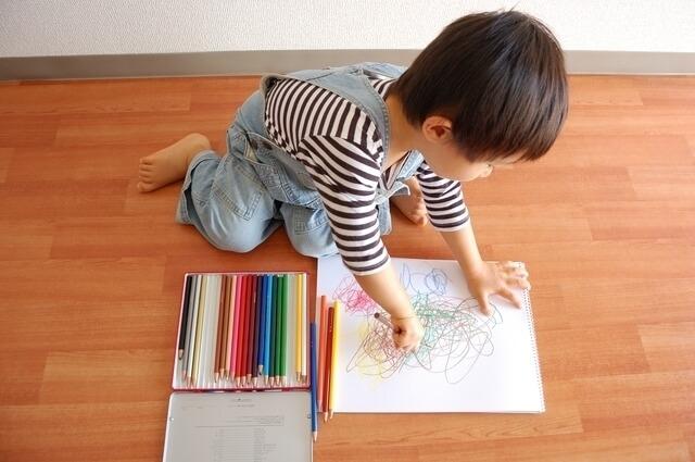 お絵かきする男の子,赤ちゃん,子ども,お絵かき