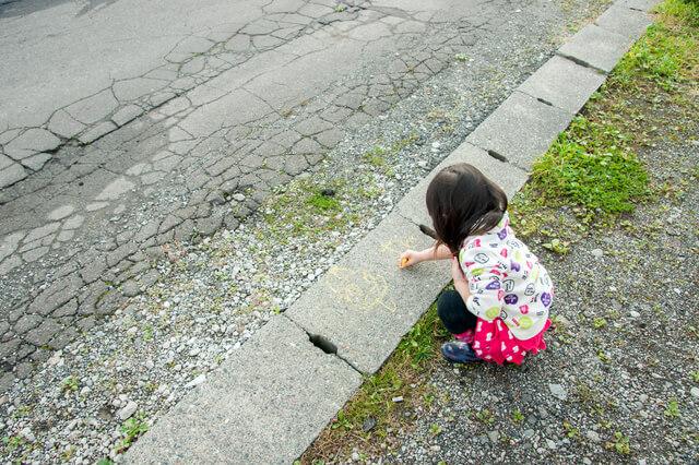 地面にお絵かきする子ども,赤ちゃん,子ども,お絵かき