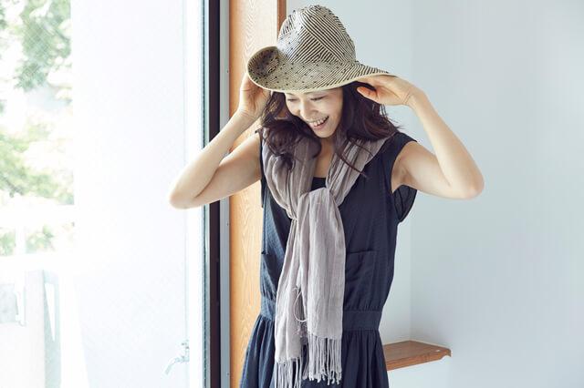 帽子とストールをした女性,日焼け,日傘,対策