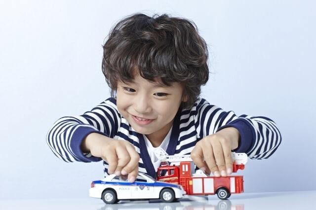 おもちゃで遊んでいる子ども,2歳,トイレトレーニング,