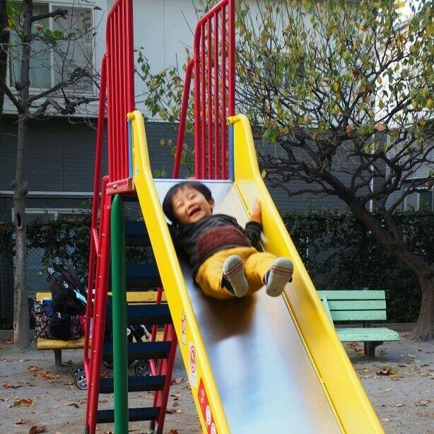 公園で遊ぶ子ども,ダウンべスト,キッズ,