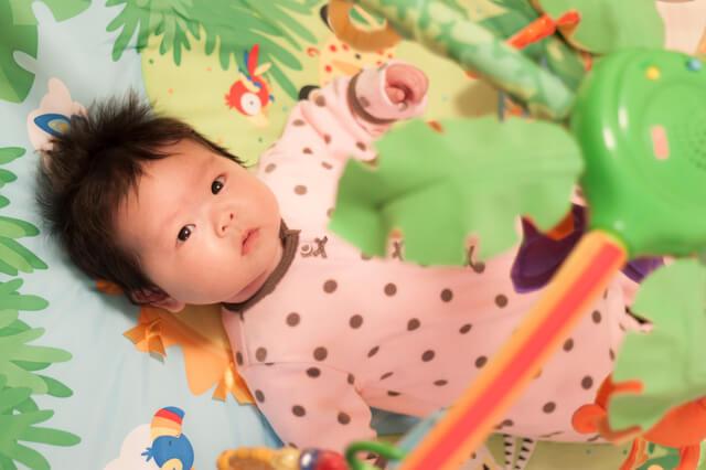 プレイジムでねんねしている赤ちゃん,プレイジム,プレイマット,選び方