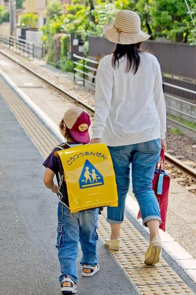 手をつないで歩くママと小学生の子ども,子ども,叱り方,コツ