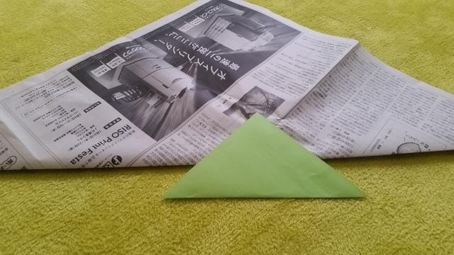 三角形に折られた新聞紙と折り紙 オリジナル,兜,作り方,新聞紙