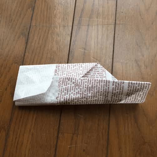 作り方(挟み込む様子) オリジナル,兜,作り方,新聞紙