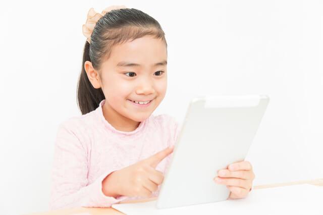 PCで勉強する子ども,子ども,オンライン,英会話