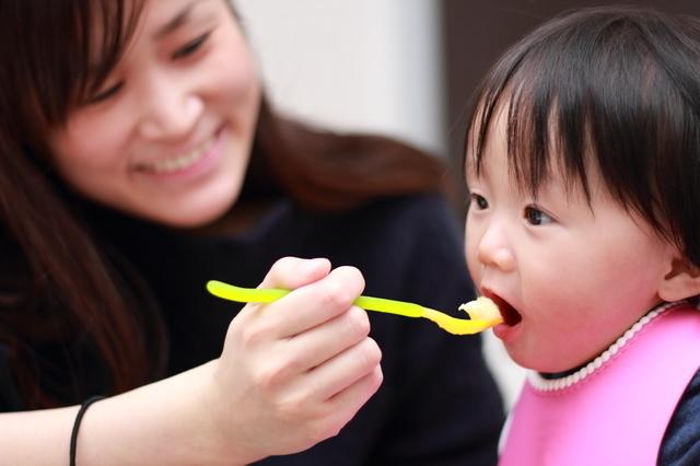 離乳食を食べている赤ちゃん,離乳食 ,ゼリー,