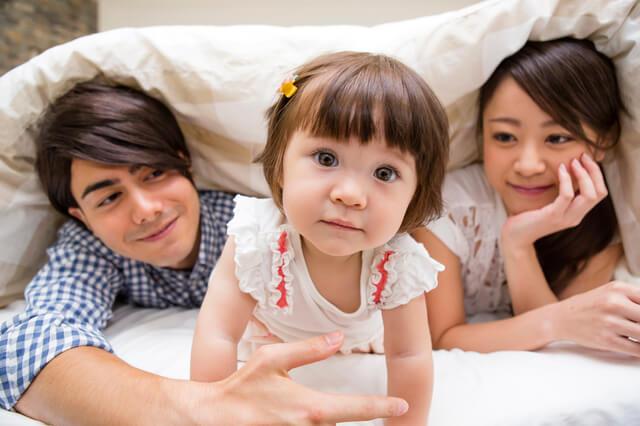 ベットでたたずむハーフ親子,バイリンガル,英語,育児