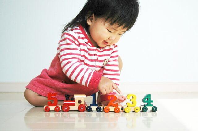 汽車のおもちゃで遊ぶ子ども,汽車,おもちゃ,