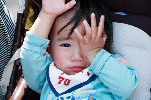 目をかゆがる子ども,子供,結膜炎,