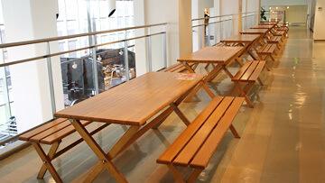 休憩コーナーの机とベンチ,東武博物館,