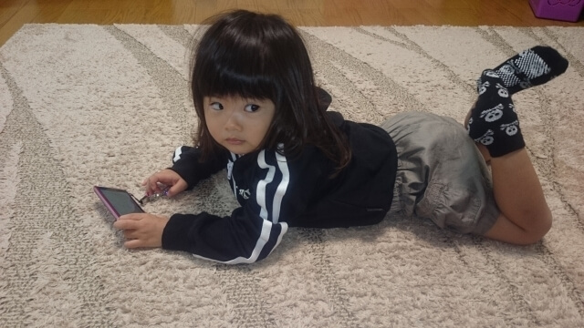 スマホをさわる女の子,携帯電話,おもちゃ,赤ちゃん