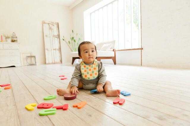 おもちゃで遊ぶ赤ちゃん,携帯電話,おもちゃ,赤ちゃん
