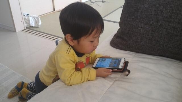 スマホを見る男の子,携帯電話,おもちゃ,赤ちゃん