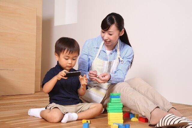 携帯電話をみる親子,携帯電話,おもちゃ,赤ちゃん