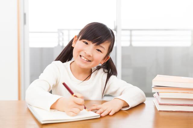 勉強をする女の子,電子玩具,男の子,女の子