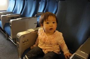 機内に座る子ども,子連れ,海外旅行,おすすめ